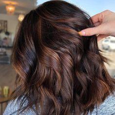 """""""Chocolate Cake-Hair"""" ist der Haarfarben-Trend für den Frühling! Pelo Chocolate, Chocolate Brown Hair Color, Brown Ombre Hair, Cake Chocolate, Brown Hair Looks, Rich Brown Hair, Hair Color Highlights, Balayage Highlights, Brunette Highlights"""