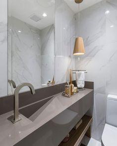 Luminária para banheiro: 50 modelos modernos e atemporais (Fotos) Modern Bathroom Light Fixtures, Simple Bathroom, Bathroom Lighting, Tiny Bathrooms, D House, Natural Home Decor, Bathroom Interior Design, Room Decor Bedroom, Christmas Bathroom
