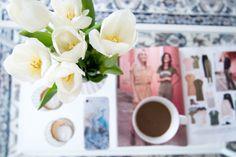 Vita tulpaner, en kopp kaffe och klädinspiration.