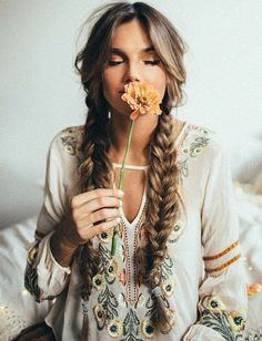Check out these 25 boho hairstyles and get inspired to make your own version! Th… Check out these 25 boho hairstyles and get inspired to make your own version! Think of half up half down styles, loose braids, and flower hair accessories. Bohemian Hairstyles, Pretty Hairstyles, Braided Hairstyles, Boho Hairstyles For Long Hair, Summer Hairstyles, Pigtail Hairstyles, Top Hairstyles, Formal Hairstyles, Hairstyle Ideas