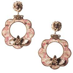 Pendiente de flamenca en forma de aro pequeño con silueta de flor. Realizado sobre esmalte veneciano con florecitas de pasta y flores tejidas en colore rosa. Serie 'Capriccio'.