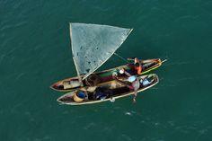 Pescatori nella baia di Port-au-Prince. Haiti ha una piccola industria ittica, che produce ogni anno circa cinquemila tonnellate di pesce. - (Ricardo Arduengo, Ap/Ansa)