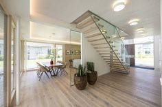 Flur : Corredores, halls e escadas modernos por Die HausManufaktur GmbH