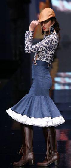 Spanish Fashion, Spanish Style, Denim Fashion, Fashion Outfits, Pencil Skirt Work, Wearing A Hat, Feminine Dress, Folk Costume, Stylish Outfits