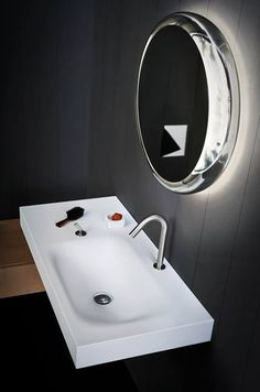 Agape Solid mirror by Diego Vencato and Marco Merendi, Square taps by Benedini Associati and 815 washbasin by Benedini Associati. Learn more on agapedesign.it #agapedesign #bathroom #interiordesign