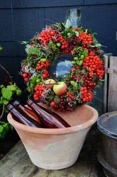 LILJOR OCH TULPANER: Kransar Seasonal Decor, Flower Arrangements, Planter Pots, Floral Wreath, Bloom, Wreaths, Flowers, Gigli, Inspiration