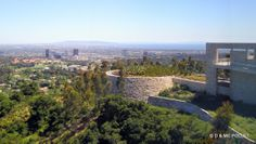 05/2005 Musée Getty. Situé sur les hauteurs de Santa Monica, un superbe musée par ses collections, son architecture et son jardin. Le jardin de cactus et au fond le Pacifique et Palos Verde