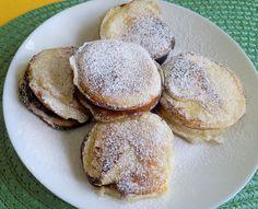 První uděláme kvásek (nejlépe zvolíme vyšší nádobu): vezmeme vlažné mléko, cukr krystal, polévkovou lžíci mouky (polohrubé) a droždí. Zamícháme a... Sweet Recipes, Pancakes, Cooking, Breakfast, Food, Kitchen, Morning Coffee, Eten, Meals