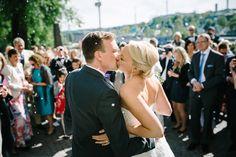 bröllopsfotograf Örgryte - riskastning utanför Örgryte Gamla Kyrka - kyss