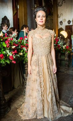 """""""Liberdade"""": Figurinista revela os segredos do vestido de noiva dourado de…"""