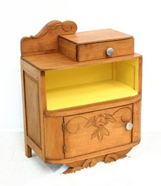ancienne table de chevet style les annees quarante Old Furniture, Furniture Makeover, Painted Furniture, Salon Style, Komodo, Hope Chest, Storage Chest, Nightstand, Upholstery