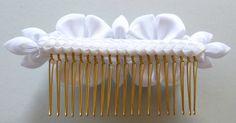 Peine del pelo blanco nupcial de tela Flor Kanzashi. por JuLVa