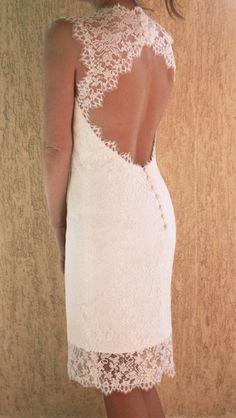 Tanto en vestidos largos como en cortos, los escotes en la espalda siempre estarán presentes