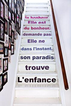 Une déco en lettres majuscules pour l'escalier