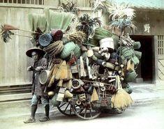 日本の写真家「江南 信國」が明治時代に撮影した日本の風景・風俗写真いろいろ22. 藁製品の行商人