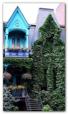 Pop of turquoise, Carré St-Louis, Montréal.