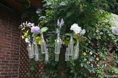 DIY roue de vélo et bouteilles pour créer un lustre avec fleurs et lumières / DIY how to transform a bike wheel into a garden chandelier with…