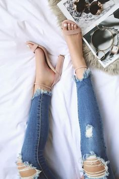 Effortlessly adaptable, nude pumps give that gorgeous illusion of having longer legs and have this way of working perfectly with just about every look. Click to find our the #1 Nude pumps now! #fashion #style #nudeheels #workfashion #sleekfashion #blogger #nude #basics