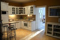 """A visszajelzéseitekből ítélve úgy gondolom, hogy már nagyon vártátok ezt a posztot, legalább is remélem! Ezért most egy """"kevés duma-sok kép"""" bejegyzéssel jelentkezem!            Az előzményekről annyit, hogy ez Roniék konyhája, benne egy régebbi, de még teljesen jó állapotú lakkozott fenyő konyhabútorral, aminek a belseje Annie Sloan Chalk Paint, Kitchen Cabinets, Home Decor, Decoration Home, Room Decor, Cabinets, Home Interior Design, Dressers, Home Decoration"""