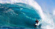 Surfista australiano Owen Wright aproveita uma onda no intervalo da ressaca rasa conhecida como 'The Box', na Austrália