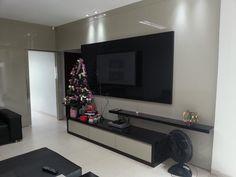 Painel de TV fabricado em MDF laca bege e preto.