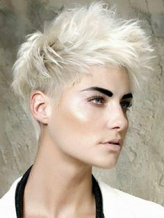 coupe courte dégradée pour cheveux blonds