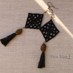 Boucles d oreilles carré granny noir, pompon noir, wrap métal bronze, coton 98e74f46d38