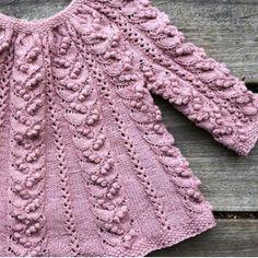 Knitting for Olive: MASSER-AF-BÆR-TUNIKA strikkeopskrift Knitting For Kids, Baby Knitting Patterns, Crochet For Kids, Crochet Baby, Knit Crochet, Knitted Baby Clothes, Knitted Baby Blankets, Knitted Hats, Doll Clothes Patterns