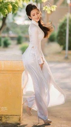 Feminine Source by Vietnamese Traditional Dress, Vietnamese Dress, Traditional Dresses, Ao Dai, Moda Fashion, Beautiful Asian Women, Sexy Asian Girls, Feminine Style, Asian Fashion