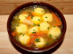 """Sajtgombóc leves - Hozzávalók 2  adagra A leveshez 2 evőkanál olívaolaj 1 szál újhagyma 1 csipet só 2 csipet fehérbors (őrölt) 100 g sárgarépa (nyers, megpucolt) 100 g zellergumó (nyers) 1 evőkanál búzaliszt (BL55) 1000 ml alaplé - zöldség A sajtgombóchoz 100 g gouda sajt (reszelt) 1 db tojás (apró, """"S""""-es méretű) 2 evőkanál búzaliszt (BL55) 1 késhegynyi szerecsendió (őrölt) 1 csipet fehérbors (őrölt) 1 csipet só"""