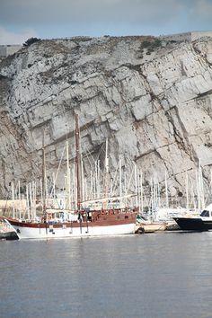 Des mâts sous la falaise, Frioul. Marseille