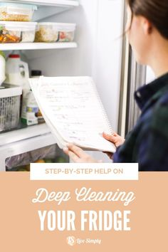 The key to keeping an organized fridge is to clean it out regularly. I'm talking about deep cleaning the fridge, too. Remove everything from your fridge, take a mental inventory of what you actually use and what's still good, and toss anything that's bad. Cleaning Recipes, House Cleaning Tips, Deep Cleaning, Cleaning Hacks, Organized Fridge, Fridge Organization, Eco Friendly Cleaning Products, Natural Cleaning Products, Glass Storage Containers