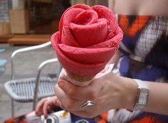 アイスクリームの薔薇盛り☆  注文して、こういうの出てきたら嬉しいわなぁ。  アイスクリーム関係者のかた、いかがですか?