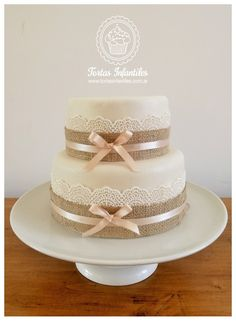 Torta con encaje comestible y cinta de arpillera Wedding Cake Toppers, Wedding Cakes, Communion Cakes, Bridal Shower Tea, Wedding Cake Rustic, Gift Cake, Wedding Honeymoons, Wedding 2017, Bridesmaid Flowers
