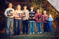 Spell FAMILY 💜-----wooden letters - family pictures - large family - poses for a family of 7 - amor paloma photography Group Family Pictures, Group Picture Poses, My Family Picture, Large Family Poses, Pic Pose, Family Photo Outfits, Family Photo Sessions, Family Posing, Photo Poses