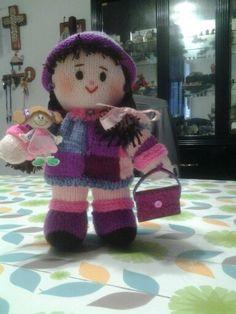 Muñeca tejida a dos agujas.