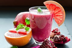 Healthy fruit smoothie with grapefruit and pomegranate Apple Smoothie Recipes, Smoothie Fruit, Healthy Fruit Smoothies, Apple Smoothies, Healthy Fruits, Healthy Drinks, Pomegranate Smoothie, Raspberry Smoothie, Healthy Life