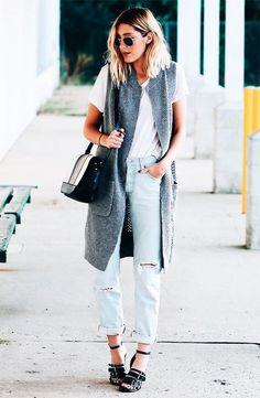 Caitlyn Warakomski usa t-shirt branca com calça jeans destroyed e colete cinza.