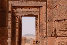 View through the Temple of Amun at Naqa. The Jebel must have played a defining role in the alignment - Sudan / Vista através do Templo de Amon em Naqa. O Jebel deve ter desempenhado um papel determinante no alinhamento - Sudão