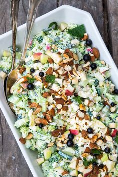 A green, filling and vegetarian broccoli salad. Vegetarian Recipes, Cooking Recipes, Healthy Recipes, Cottage Cheese Salad, Feta, Recipes From Heaven, Easy Salads, I Love Food, Garlic