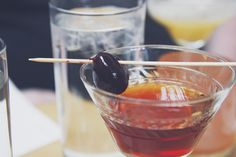 """Wie macht man einen trockenen Martini und warum ist da eigentlich gar kein Martini drin? Was bedeutet das """"trocken"""" eigentlich? Cocktails erklärt."""