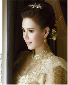Thai Traditonal Dress from WE magazine June 2014 Thai Traditional Dress, Traditional Outfits, Thai Wedding Dress, Wedding Dresses, Thai Brides, Bride Suit, Gold Blouse, Thai Dress, Wedding Costumes