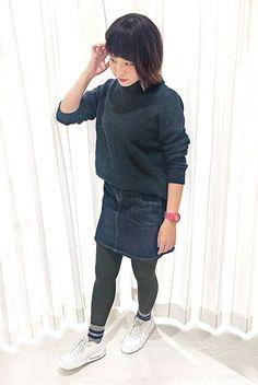 デニムの台形スカート×ニットでとびっきり女の子っぽい印象に。 足元のスニーカーとラインソックスを合わせることで、カジュアルダウンして。  『コットンツイードふさふさモール2本ラインリブソックス』¥350+税 color : アソート 『(M-L)80デニールなめらかマットタイツ』¥600+税 color : オリーブ (その他スタッフ私物)  当店のお取り扱いアイテム: レッグウェア、インナ...