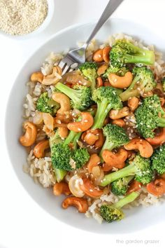 Healthy Dinner Recipes: One of my favorite broccoli recipes! This vegetarian garlic broccoli stir fry recipe is ready in just 10 minutes. Serve this easy vegan recipe over your favorite rice for a quick weeknight dinner. Tasty Vegetarian Recipes, Vegetarian Recipes Dinner, Healthy Recipes, Recipe Tasty, Paleo Food, Potato Recipes, Easy Vegan Recipes, Cashew Recipes, Vegetarian Stir Fry