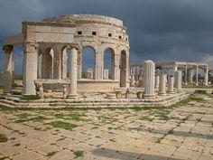 Libia 02 Sitio arqueológico de Leptis Magna Embellecida y engrandecida por uno de sus hijos, el emperador romano Septimio Severo, la ciudad de Leptis Magna fue una de las más bellas del Imperio Romano, con sus grandes monumentos públicos, su puerto artificial, su mercado, sus almacenes, sus talleres y sus barrios de viviendas.