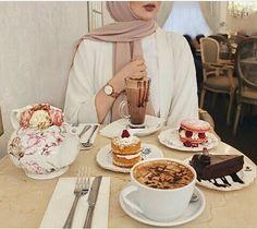 "897 mentions J'aime, 8 commentaires - fashion Blogger ... (@hijab_street__) sur Instagram: ""Bon appétit #outift #love #fashion #muslim #firstpost #followforfollow #girl #music…"""