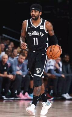 Hawks Discover Kyrie Plays Around the World in Shanghai Signature Basketball Pictures, Sports Basketball, Basketball Players, Irving Wallpapers, Nba Wallpapers, Kyrie Irving Logo, Kyrie Irving Brooklyn Nets, Lebron James Lakers, Michael Jordan Basketball