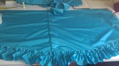 El gato en el taller.  Vestidos de princesa para Disneyland. Montaje del volante de la sobrefalda del vestido de la mayor.