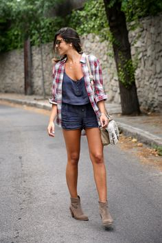trendy_taste-look-outfit-street_style-ootd-blog-blogger-fashion_spain-moda_españa-camisa_cuadros-oversize-plaid_shirt-cowboy_booties-botines_camperos-shorts-zara-hype-sunglasses-10