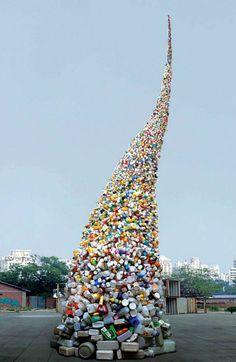 Artista chinês faz escultura de 11 metros com lixo